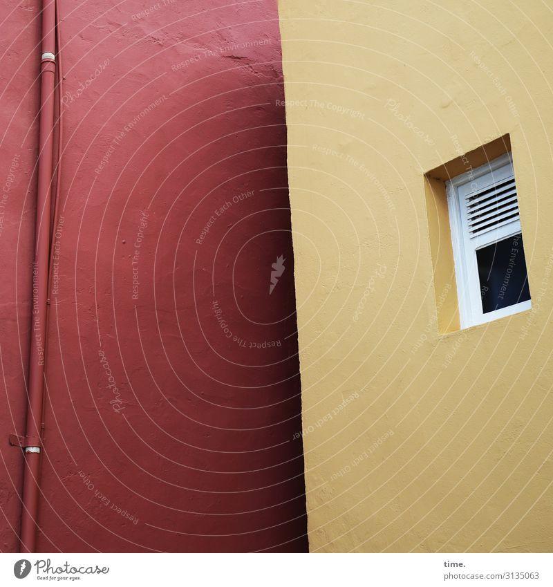 Hinterhof mit Fenster, Rohr und Schräge haus wand fenster fallrohr regenrohr rot gelb zwei nebeneinander nachbarn mauer putz farbe licht schatten nachbarschaft