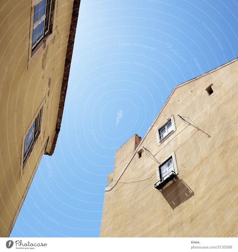Halswirbelsäulentraining (XIII) Himmel Stadt Haus Fenster Architektur Leben gelb Wand Zeit Mauer Zusammensein Fassade Stimmung Design hell Kommunizieren