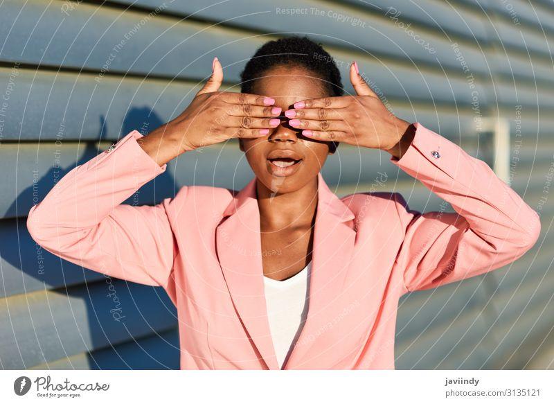 Schwarze Frau, die ihre Augen mit den Händen bedeckt. Stil schön Haare & Frisuren Arbeit & Erwerbstätigkeit Mensch feminin Junge Frau Jugendliche Erwachsene 1