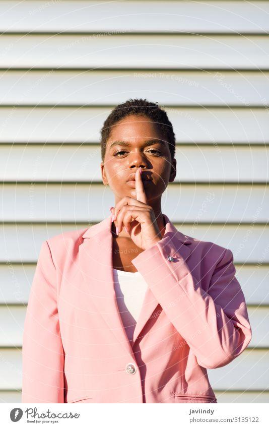 Afroamerikanische Geschäftsfrau, die eine stille Geste macht. Haare & Frisuren Gesicht ruhig Arbeit & Erwerbstätigkeit Business Mensch feminin Junge Frau