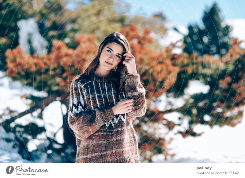 Junge Frau genießt die verschneiten Berge im Winter Lifestyle Stil Freude Glück schön Haare & Frisuren Gesicht Schminke Schnee Berge u. Gebirge