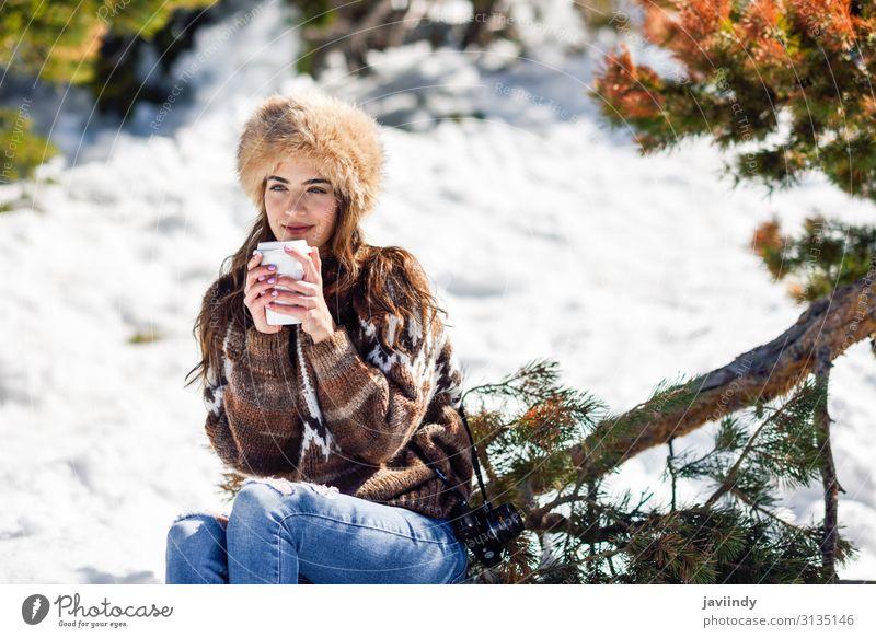 Junge Frau genießt die verschneiten Berge im Winter Kaffee Tee Lifestyle elegant Glück schön Gesicht Freizeit & Hobby Schnee Berge u. Gebirge Mensch feminin