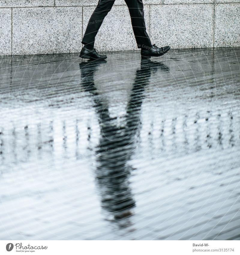 Mann geht mit Schatten spazieren Geschäftsmann geschäftlich Schattenspiel Schattenseite Schattendasein Schattenwurf Schattenmann Kontrast besonders düster