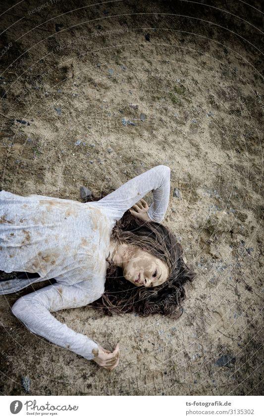 Mudhoney Mensch feminin Junge Frau Jugendliche 1 18-30 Jahre Erwachsene brünett langhaarig Locken liegen braun grau Gewalt bizarr Schmerz skurril Tod Zerstörung