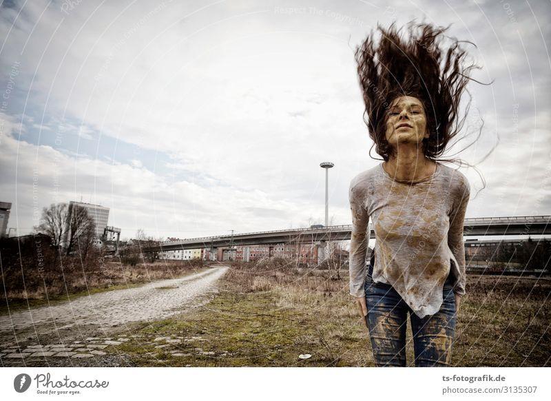 Mudhoney Freude Mensch feminin Junge Frau Jugendliche 1 18-30 Jahre Erwachsene Verkehr Straße Hochstraße Jeanshose Haare & Frisuren brünett langhaarig Locken