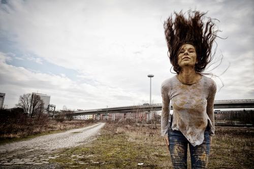 Mudhoney Mensch Jugendliche Junge Frau schön grün Erotik Freude dunkel 18-30 Jahre Straße Erwachsene feminin Haare & Frisuren braun springen Verkehr