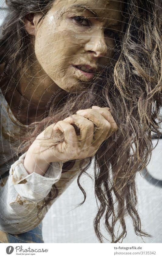Mudhoney Mensch feminin Junge Frau Jugendliche Kopf Haare & Frisuren Hand 1 18-30 Jahre Erwachsene brünett Locken Schlamm schlammig dreckig Dreckspatz dunkel