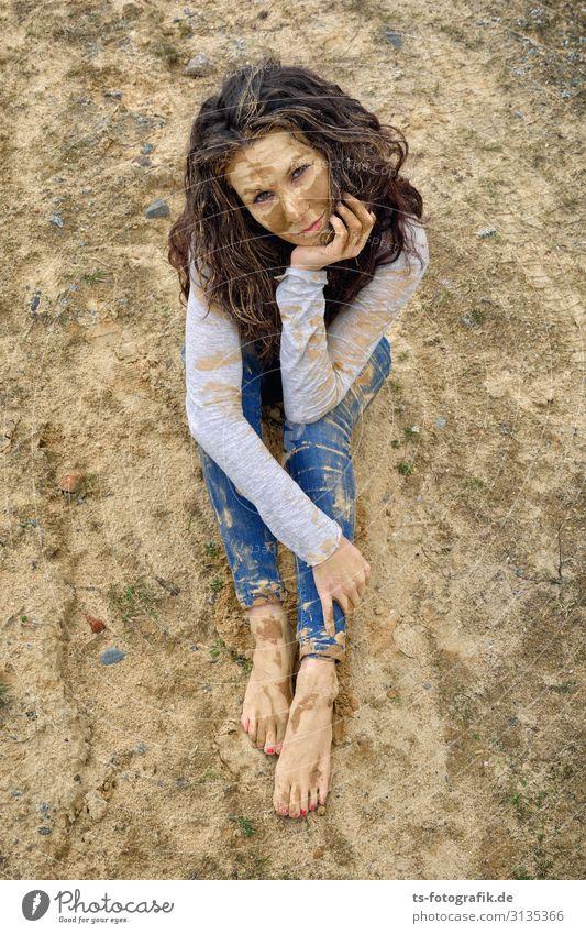 Mudhoney Mensch feminin Junge Frau Jugendliche 1 18-30 Jahre Erwachsene Bekleidung Jeanshose brünett Locken Schlamm matschig Sand sitzen träumen dreckig Erotik
