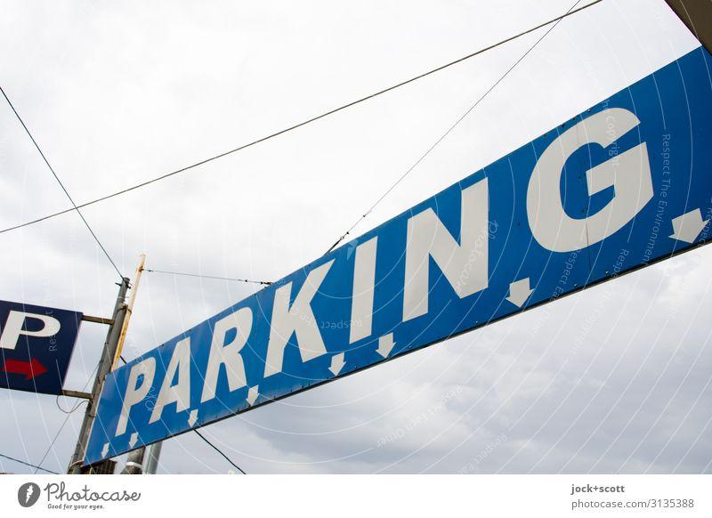 P > Parkleitsystem Himmel blau Stadt Wolken Wege & Pfade Stil oben Stimmung Design Schriftzeichen Ordnung Schilder & Markierungen authentisch Beginn hoch Schnur