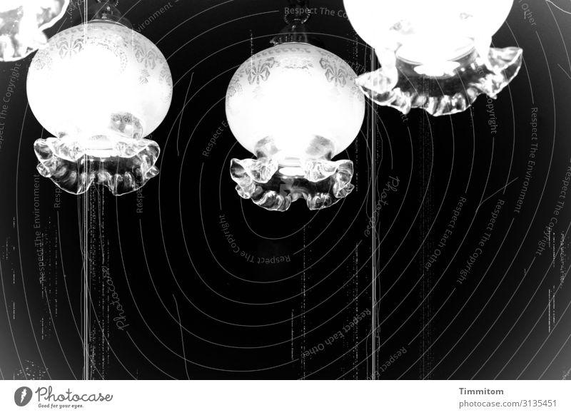 Foto | Firlefanz Häusliches Leben Lampe Glas hängen alt grau schwarz weiß Gefühle Vergänglichkeit Filter antik Kratzer Lampenschirm Schwarzweißfoto