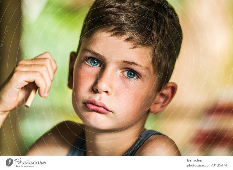 verloren   beim kniffel Kind Ferien & Urlaub & Reisen schön Hand Ferne Gesicht Auge Traurigkeit Familie & Verwandtschaft Junge Tourismus Spielen Freiheit
