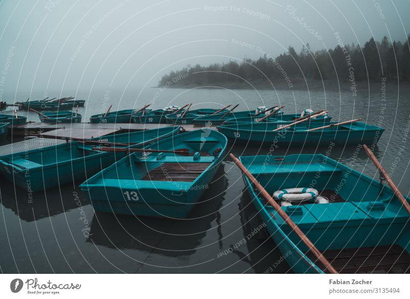 Boote am Oeschinensee Berge u. Gebirge Natur Landschaft Wolken schlechtes Wetter Wind Nebel Regen Felsen Alpen See Wasserfahrzeug wandern blau Verschwiegenheit