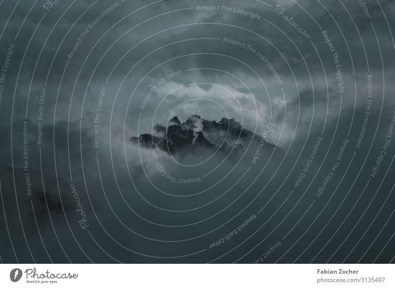 Berggipfel in den Wolken Berge u. Gebirge Natur Landschaft Luft Himmel Sommer schlechtes Wetter Unwetter Nebel Gewitter Alpen Gipfel Ferien & Urlaub & Reisen