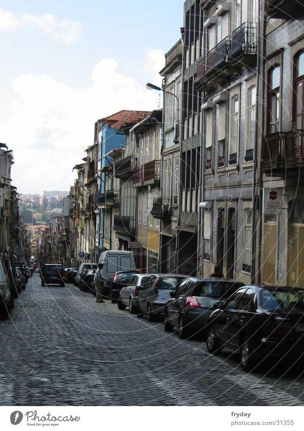 porto Portugal Straßenschlucht Fluchtpunkt Europa Porto Berge u. Gebirge parkende Autos