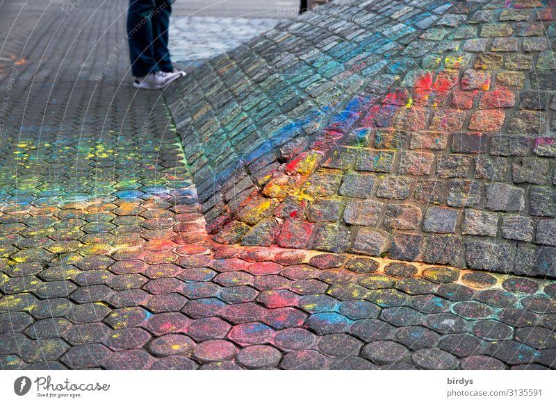 Bunter Firlefanz Spielen Straßenmalkreide androgyn Fuß 1 Mensch Wege & Pfade Fußgängerzone Pflastersteine Kreide Stein stehen authentisch positiv mehrfarbig