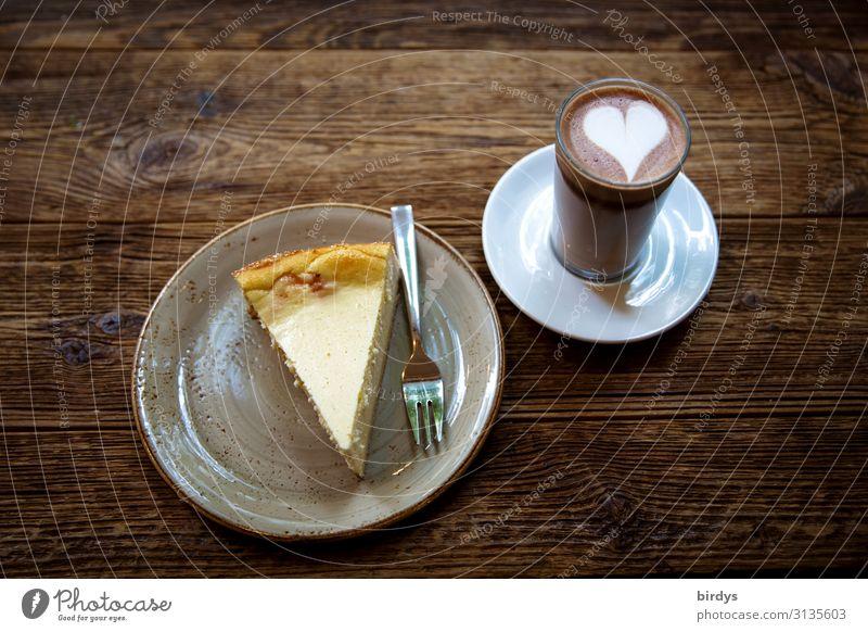 Glücklichmacher Kuchen Heißgetränk Kakao Teller Glas Gabel Tisch Holztisch Herz Duft genießen ästhetisch authentisch positiv süß braun gelb weiß Vorfreude