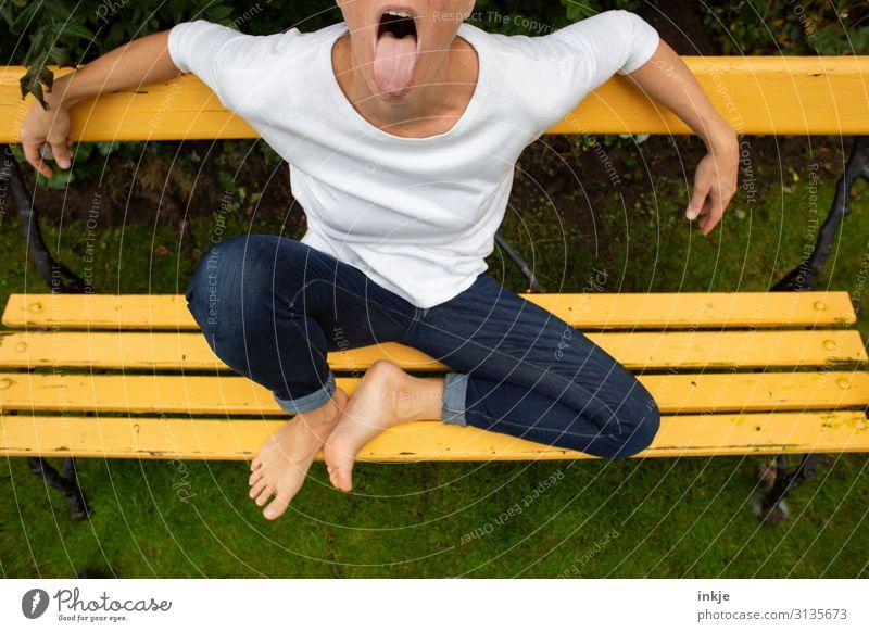 :-P Lifestyle Freizeit & Hobby Frau Erwachsene Leben Körper Zunge 1 Mensch 18-30 Jahre Jugendliche 30-45 Jahre Jeanshose T-Shirt sitzen authentisch Coolness