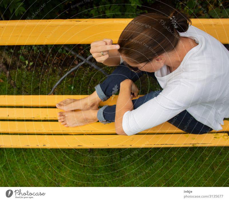 Stunk Lifestyle Freizeit & Hobby Häusliches Leben Bank Holzbank Frau Erwachsene Körper Mittelfinger 1 Mensch 18-30 Jahre Jugendliche 30-45 Jahre Sommer Garten