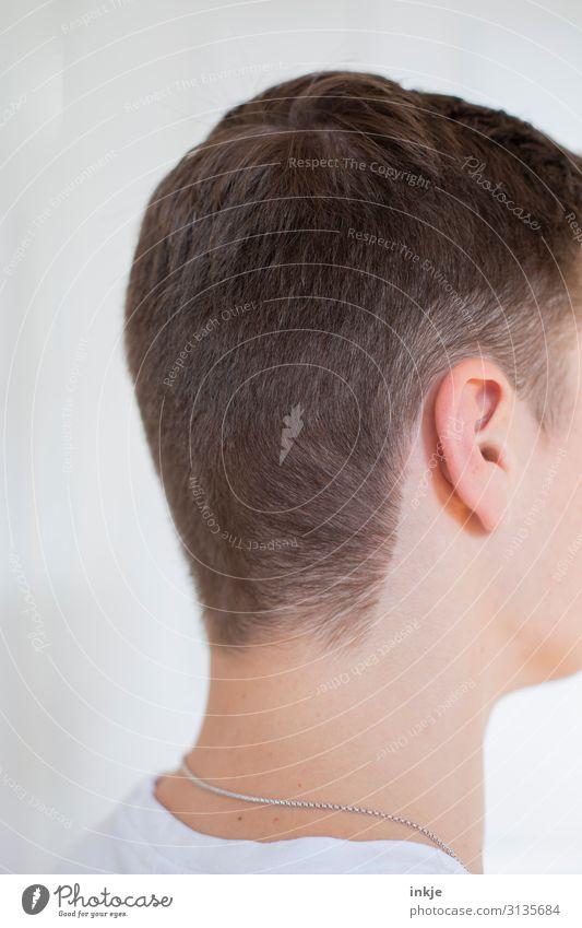 Frisur II Lifestyle Stil Haare & Frisuren maskulin Junger Mann Jugendliche Leben Kopf 1 Mensch 18-30 Jahre Erwachsene 30-45 Jahre T-Shirt Halskette brünett