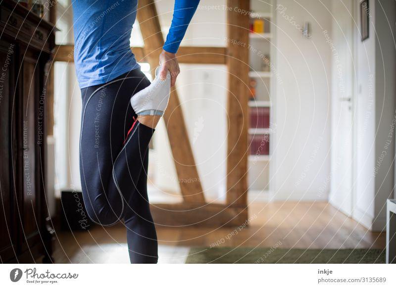 Dehnübungen Lifestyle sportlich Fitness Häusliches Leben Wohnzimmer Sport Sport-Training Sportler Frau Erwachsene Körper Beine 1 Mensch 18-30 Jahre Jugendliche