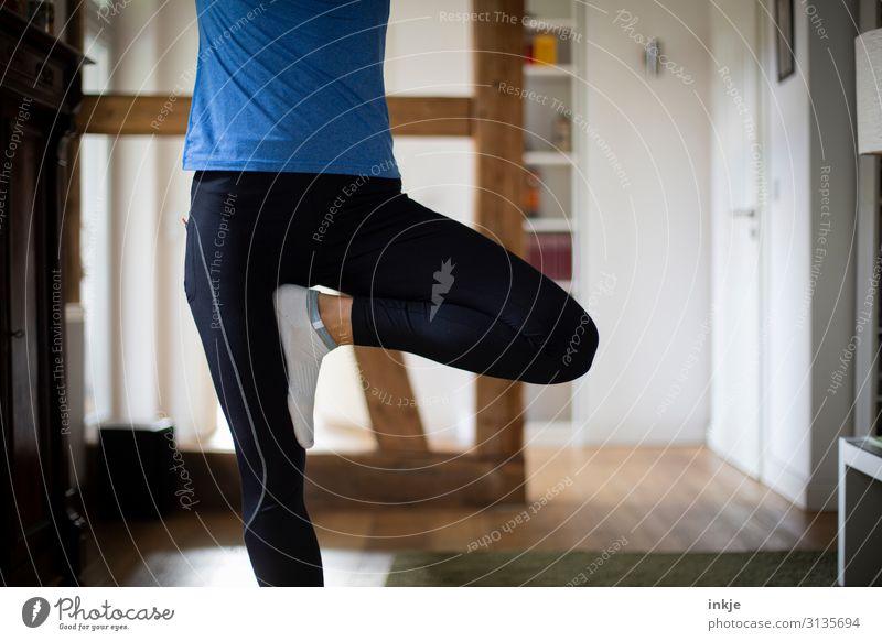 Balance Frau Mensch Jugendliche Erholung ruhig 18-30 Jahre Lifestyle Beine Erwachsene Leben Sport Bewegung Häusliches Leben Körper stehen authentisch