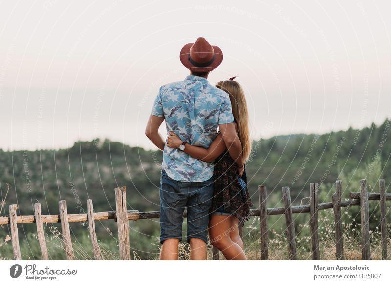 Junges Paar bei Sonnenuntergang auf dem Hügel Freude Ferien & Urlaub & Reisen Tourismus Freiheit Sommerurlaub Insel Berge u. Gebirge maskulin feminin Junge Frau