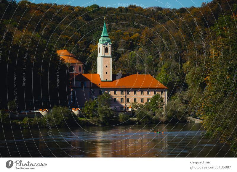 Kloster Weltenburg an der Donau. Liegt von Wald umgeben. Design Ausflug Traumhaus Umwelt Herbst Schönes Wetter Baum Flussufer Klosterkirche Bayern Deutschland