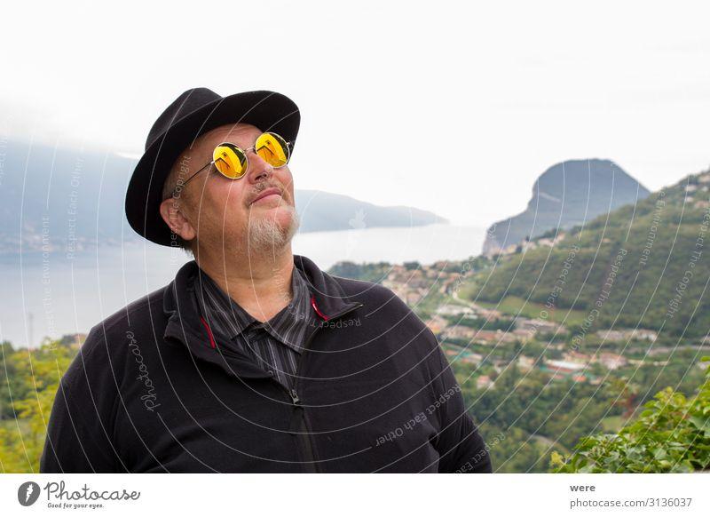 Old man in hat and sunglasses Mensch alt träumen genießen