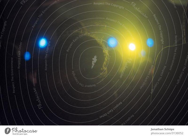 Konzert Blick auf die Bühne mit gelben Scheinwerfern Silhouette analog Musik Licht Show Großveranstaltung Veranstaltung Panoramaaufnahme dunkel