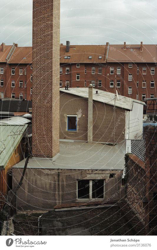 Ausblick in den Hinterhof Hof Wohnen Wohnraum backstein Erfurt Deutschland zuhause Fensterblick analog scan Film alt Esse Schornstein verlassen Haus