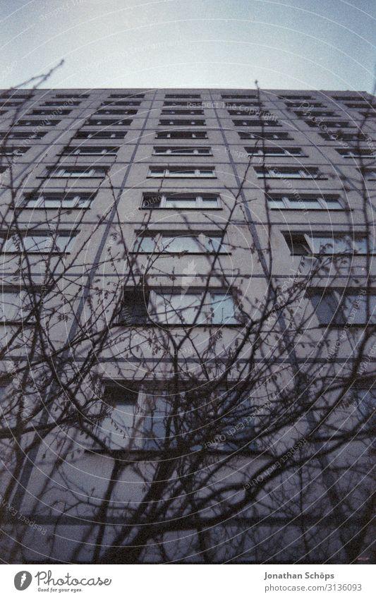 Plattenbau aus Froschperspektive in Weimar Menschenleer sozial Mieter Problematik Außenaufnahme Stadthaus Wohnhaus Wohnhochhaus Deutschland Billig einfach Block