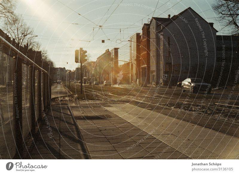 Fußweg und Straßenbahngleise in Erfurt Gleise Stadt analog Film Scan Sonne alt früher ahus urban Auto Ampel Zaun Begrenzung beton transport Verkehr PKW Fahrzeug