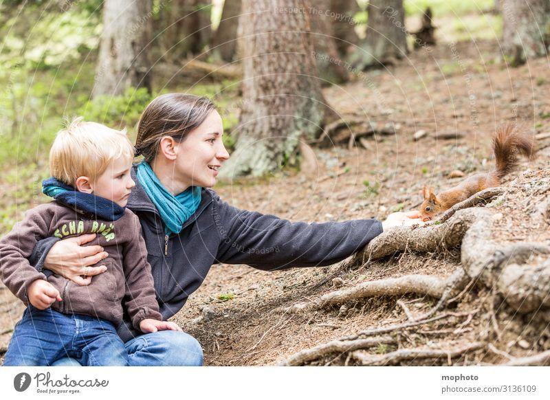 Eichhörnchen füttern #4 Ferien & Urlaub & Reisen Ausflug Kind Mensch maskulin feminin Kleinkind Junge Frau Erwachsene Mutter Familie & Verwandtschaft Kindheit