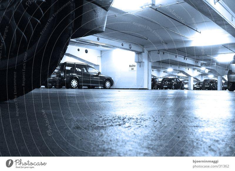 unterirdisch kühl Tiefgarage Garage kalt Froschperspektive Menschenleer Einsamkeit Neonlicht Weitwinkel Langzeitbelichtung Architektur am Boden blau PKW liegen