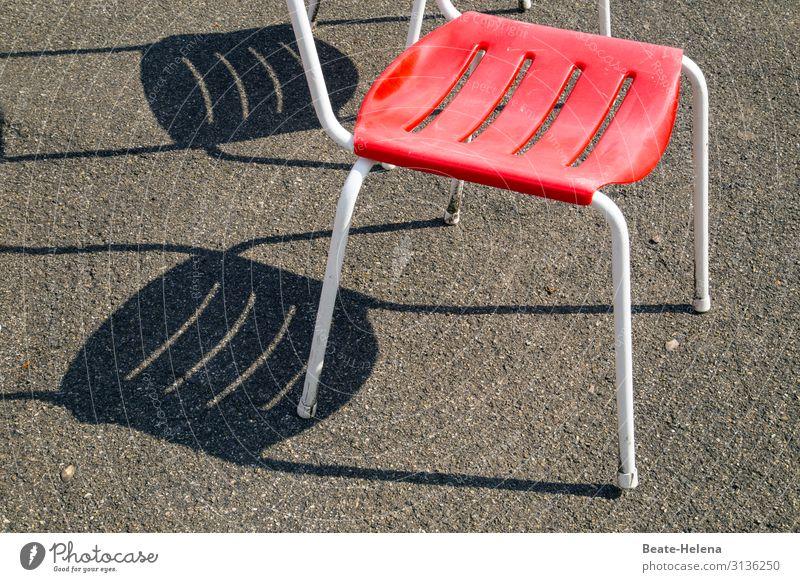 Schattenspiel - der Gartenstuhl rot grau beobachten Zeichen Ornament Originalität
