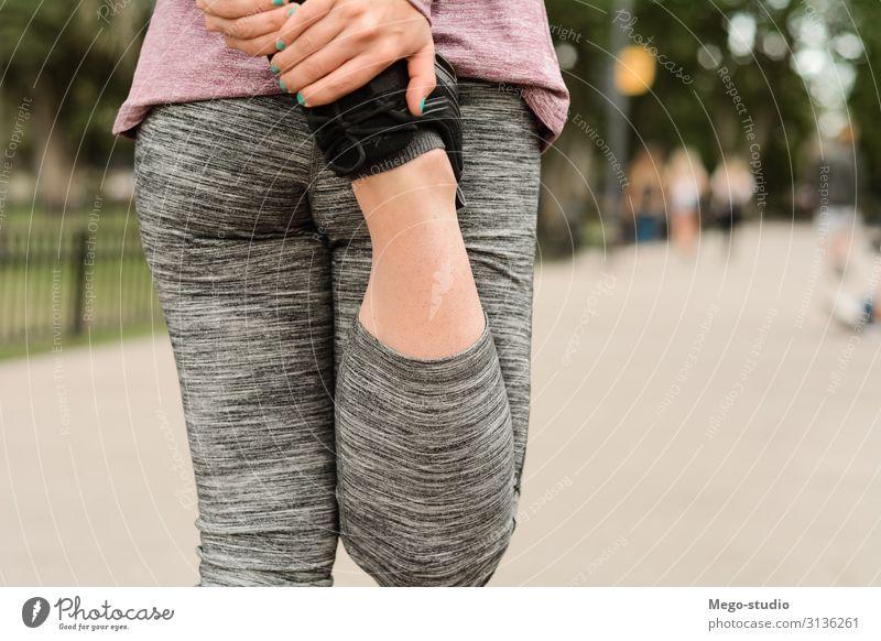 Nahaufnahme der Sportlerin, die die Beine dehnt. Lifestyle Glück schön Körperpflege Frau Erwachsene Arme Park Fitness sitzen sportlich muskulös Kraft anstrengen