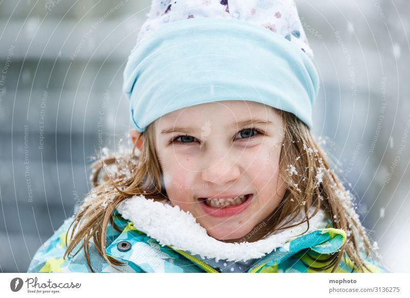 Mädchen im Schnee Lifestyle Freude Gesicht Spielen Winter Winterurlaub Kindergarten Schulkind Mensch Kleinkind Kindheit 1 3-8 Jahre Natur Schneefall Jacke Schal