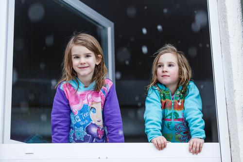 Der erste Schnee Kind Mensch Natur Haus Freude Winter Mädchen Fenster Gesicht Lifestyle kalt feminin Zusammensein Schneefall Kindheit