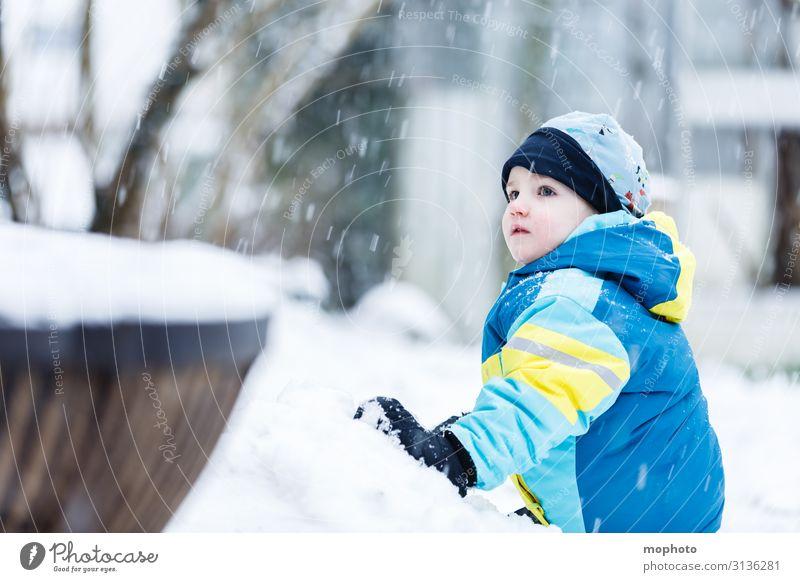 Junge im Schnee Kind Mensch Natur Freude Winter Gesicht Lifestyle kalt Garten Spielen Schneefall maskulin Eis Wetter