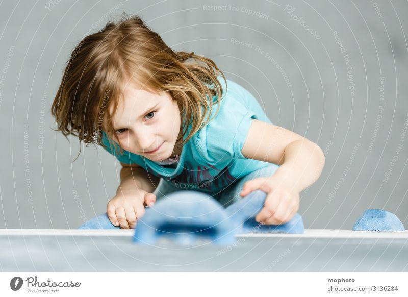Hoch hinaus Kind Mensch Freude Mädchen Gesundheit Gesicht Lifestyle Sport Freizeit & Hobby Kraft Kindheit Fitness hoch Klettern sportlich Konzentration