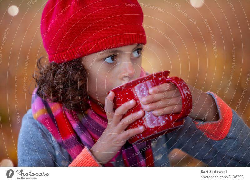 Heißer Tee an einem kalten Herbsttag Getränk Kakao Becher Lifestyle Freude Wohlgefühl Kur Camping Kind Mädchen Familie & Verwandtschaft 1 Mensch 3-8 Jahre