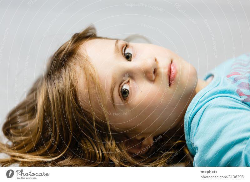 Abwesend... Lifestyle Gesicht Kindererziehung Kindergarten Schulkind Mensch feminin Kleinkind Mädchen Kindheit Kopf 1 3-8 Jahre Erholung liegen Gefühle Stimmung