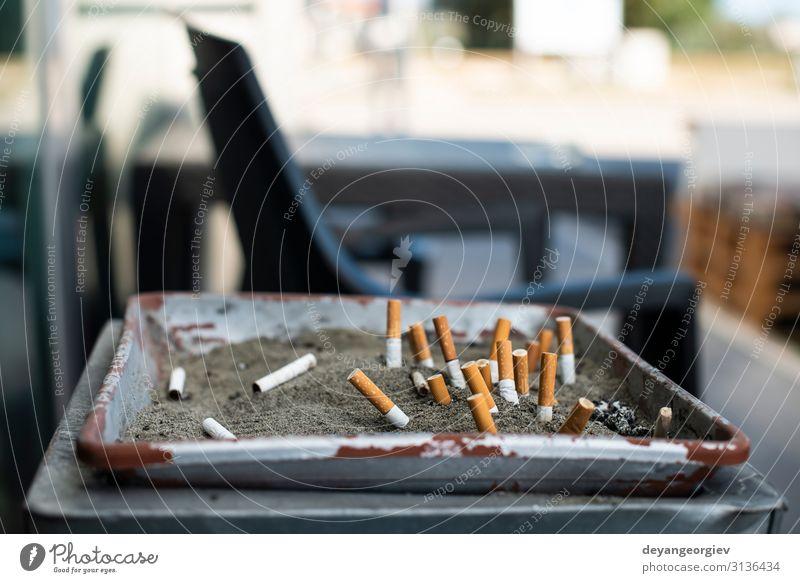 Aschenbecher mit Sand und vergrabenen Zigaretten. dreckig Zigarettenstummel Raucherbereich Entwurf Öffentlich stoppen Krebs Zigarettenasche Filter Gesundheit