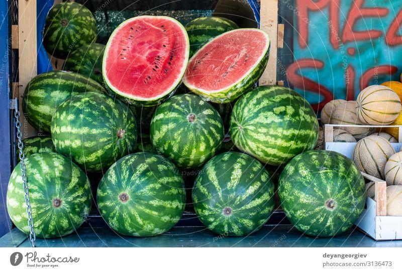Wassermelonen im Regal. Geschnittene Wassermelone auf dem Straßenmarkt Lebensmittel Frucht Ernährung Diät kaufen Sommer Marktplatz frisch lecker natürlich