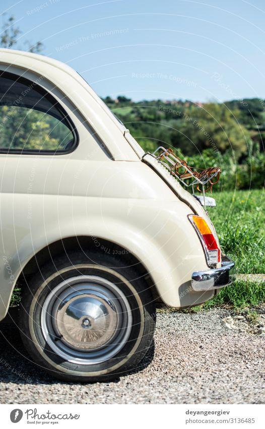 Klassisches beigefarbenes Auto. Kleines altes Auto. Italienisches Auto. Stil Design Motor Verkehr Straße Fahrzeug PKW klein retro altehrwürdig klassisch Befehl