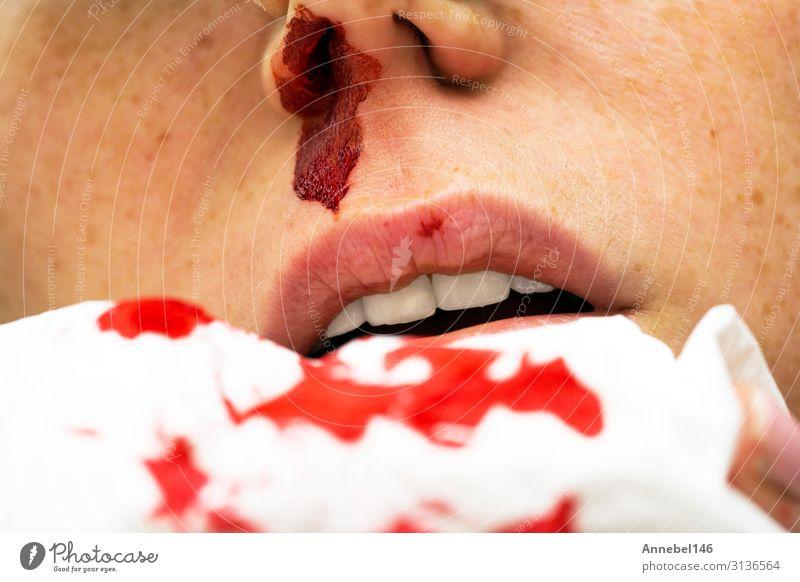 Wunde Nasenbluten, Frau blutet aus der Nase, Körper Haut Gesicht Gesundheitswesen Krankheit Medikament Erholung Mensch Erwachsene Mund Tropfen klein rot weiß