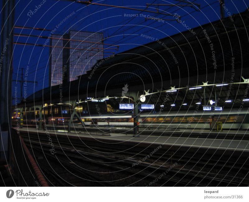 Railstation Ferien & Urlaub & Reisen Verkehr Eisenbahn Gleise Mobilität Abenddämmerung unterwegs Flughafen Abflughalle verpassen Verspätung Hauptbahnhof