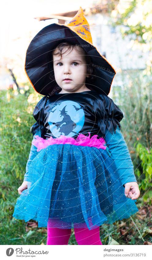Ein kleines Mädchen mit einem Halloween-Kostüm. Freude Glück Feste & Feiern Kind Kindheit Herbst Kleid Hut dunkel schwarz Entsetzen Tradition Hexe Tracht