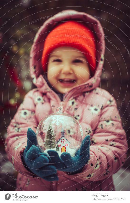 Kinderhalterung transparente Glaskugel mit Weihnachtsbaum Design Winter Schnee Dekoration & Verzierung Feste & Feiern Weihnachten & Advent Hand Baum Spielzeug