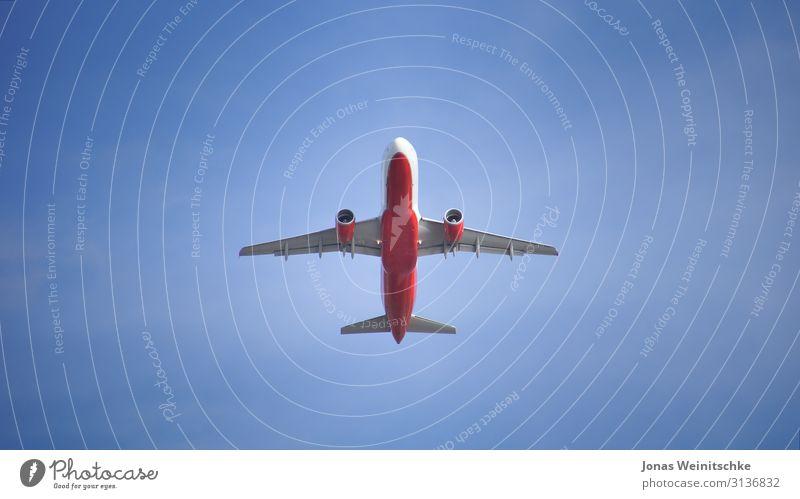 Flugzeug im Landeanflug Luftverkehr Passagierflugzeug Fluggerät fliegen Freisteller hoch Düsenflugzeug Triebwerke Tragfläche Spannweite Geschwindigkeit